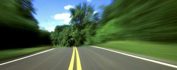 Изображение большой скорости по дороге